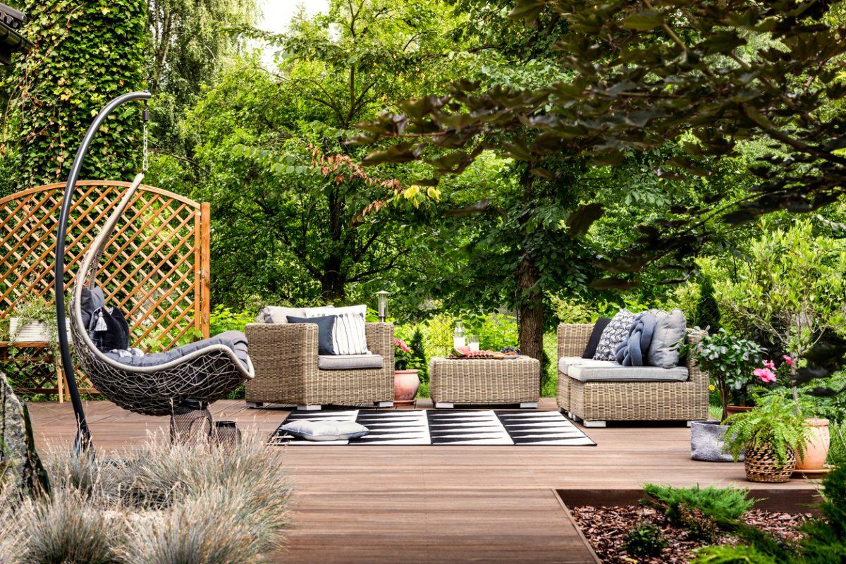 modern backyard retaining wall